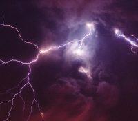 Прагов ся перегнала сильны буря з крупобитям