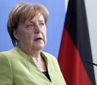 Міністер здравотницьтва Йенс Спагн став ся популарнішым як  канцеларка Анґела Меркелова