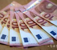 Середній місячный заробіток в потравинарьскім промыслі СР є на уровні 1018 евр