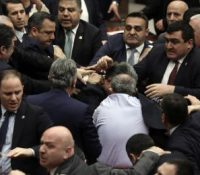 В турецькім парламенті ся сторгнула битка,