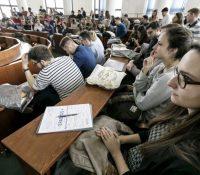 Штуденты середнїх школ ся можуть голосити на безплатный рочный побіт в США